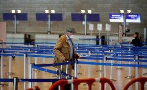 Una persona con mascarilla en el aeropuerto israelí de Ben Gurion.