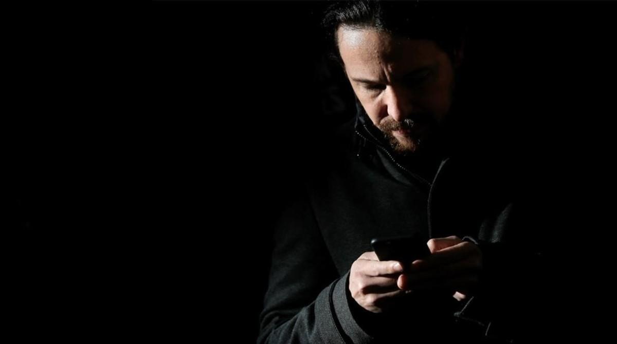 El secretario general de Podemos, Pablo Iglesias, escribe en el móvil.