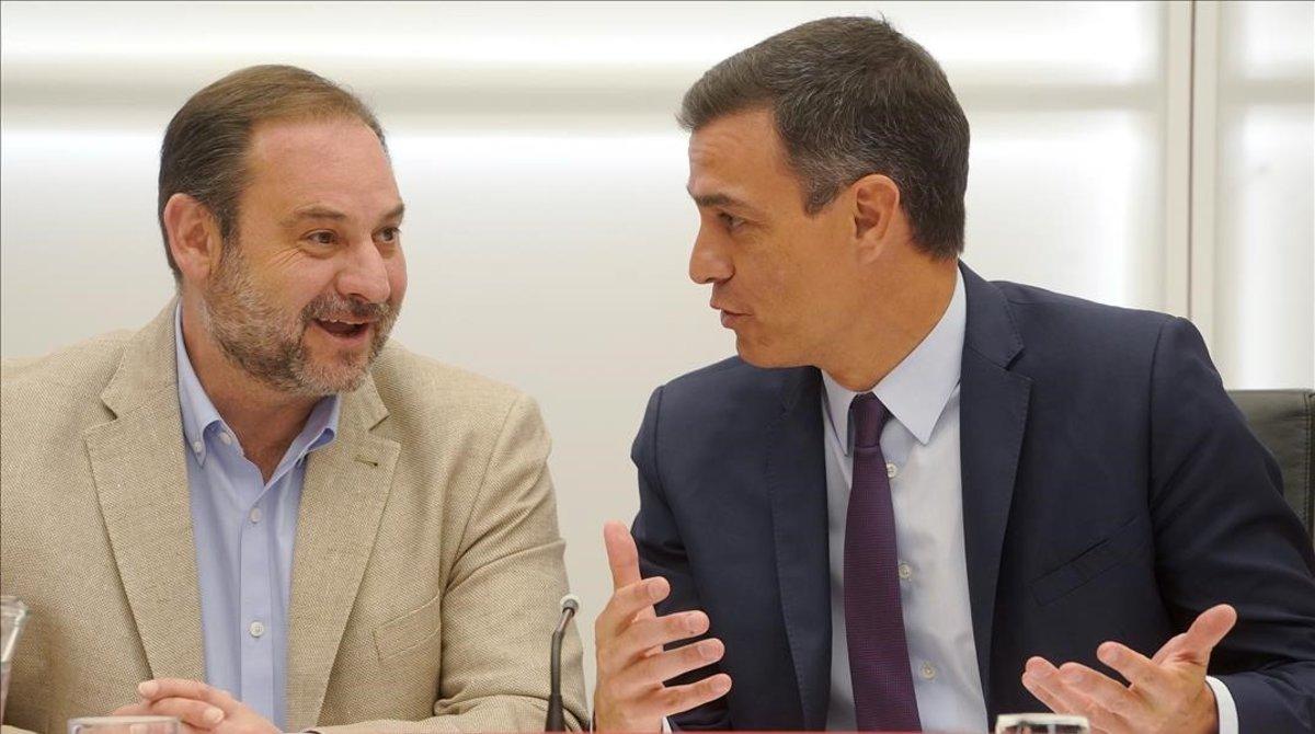 José Luis Ábalos y Pedro Sánchez bromean durante la ejecutiva socialista, este viernes.