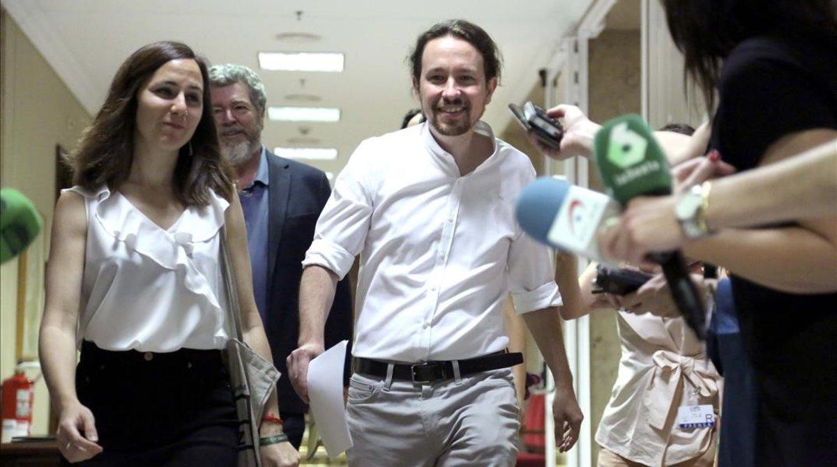 El secretario General de Podemos, Pablo Iglesias, junto a Ione Besara, Juantxo Lopez de Uralde y Eva Garcia antes dela reunión