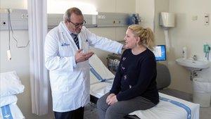 El doctor Javier Santos conversa con una de las pacientes que formaráparte del proyecto, Judith Pardo.