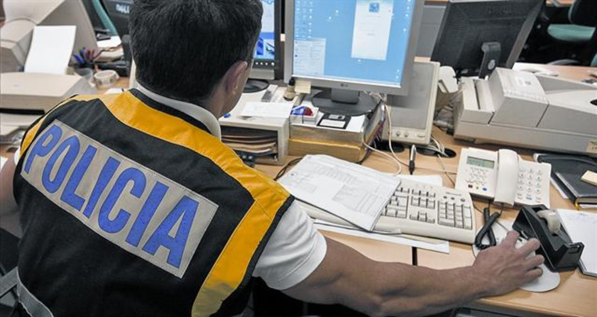 Un agente de la Policia Nacional especializado en la investigación de delitos tecnológicos.