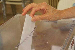 Una ciudadana introduciendo su voto en una urna