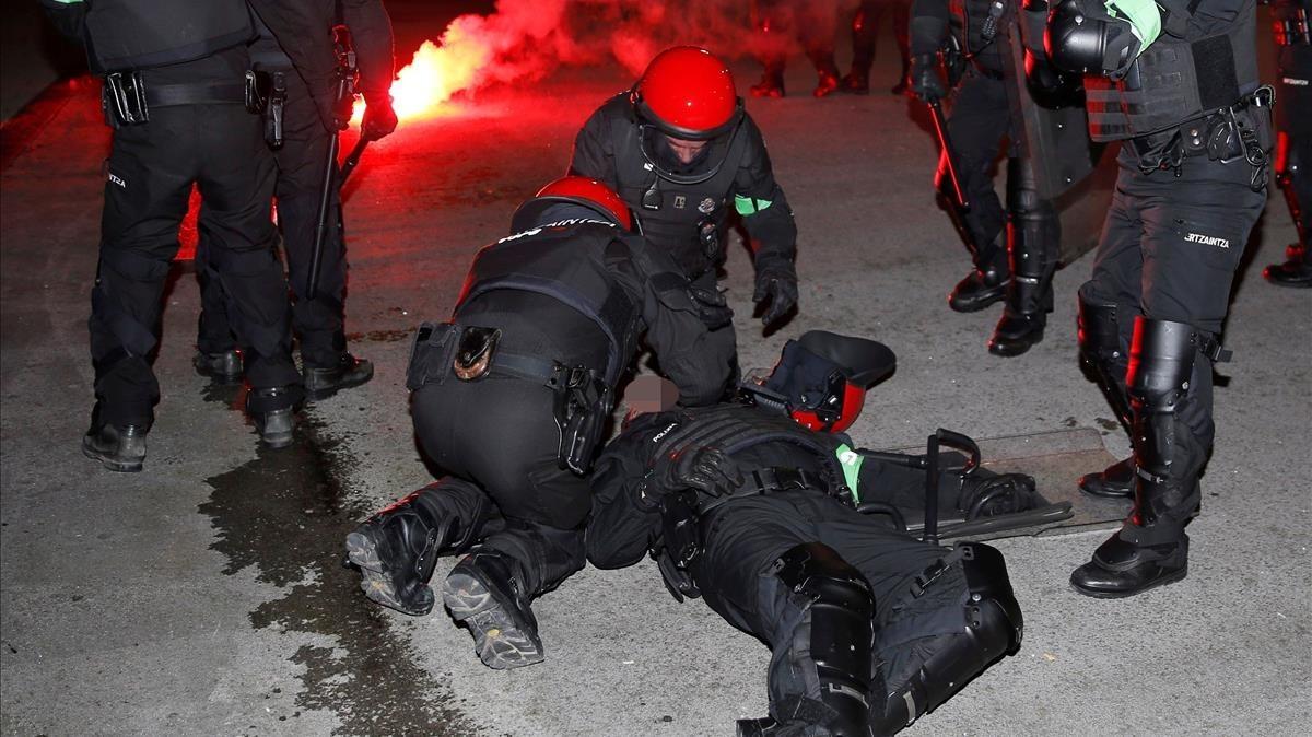 Varios antidisturbios atienden al ertzaina que ha fallecido poco después en el Hospital de Basurto, tras la batalla campal cerca de San Mamés.
