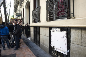 Varios cartones tapan una ventana del despacho de Rato, en la calle Castelló de Madrid.