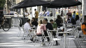 Varios clientes disfrutan del primer día de terrazas abiertas de Barcelona, en el Café Zúrich, este lunes 25 de mayo.