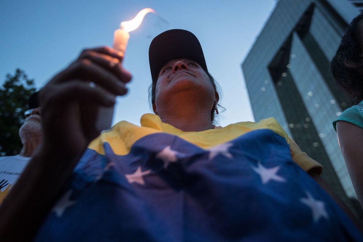 Las personas protestas en Venezuela con veladoras.