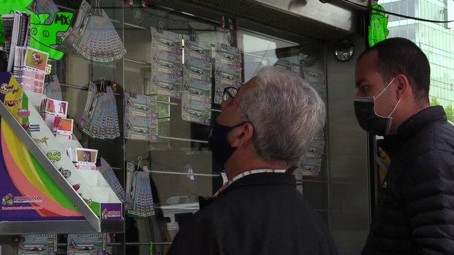En la víspera de la rifa del avión presidencial mexicano, la venta de boletos vuela apresurada cuando quedan el 30 % de los billetes pese a estar disponibles desde hace más de seis meses.