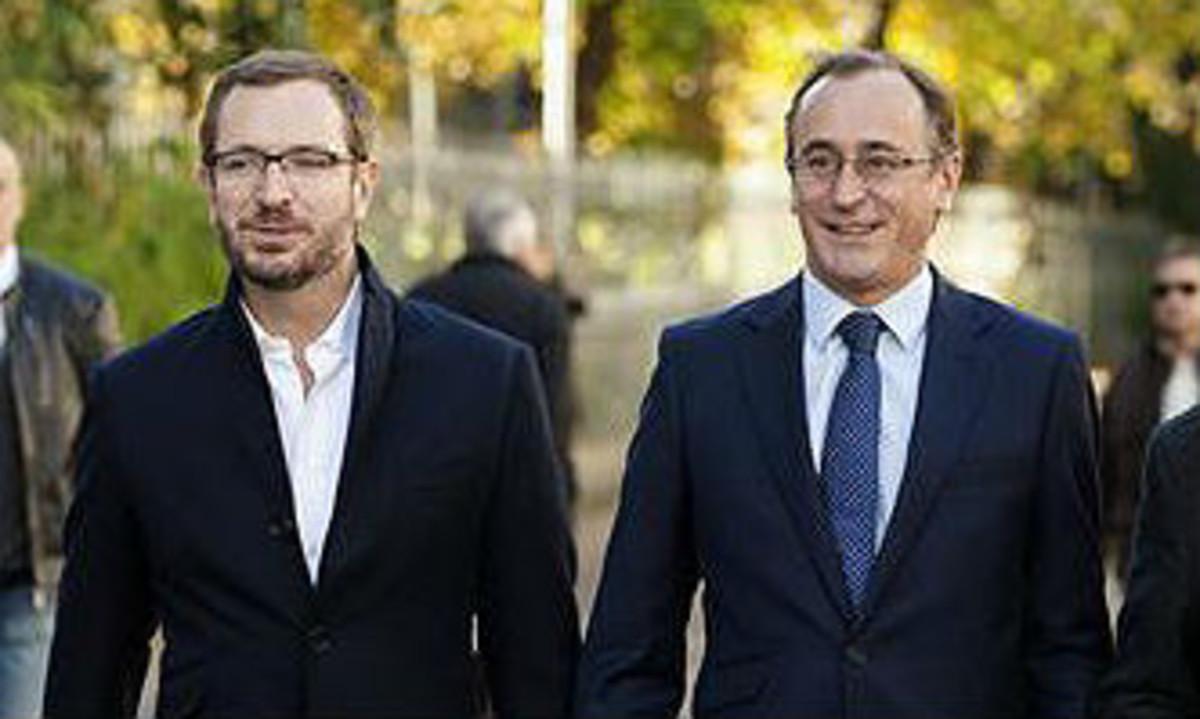 El vicesecretario de Acción Sectorial del PP, Javier Maroto, y el ministro de Sanidad en funciones, Alfonso Alonso, en Vitoria, en octubre del 2015.