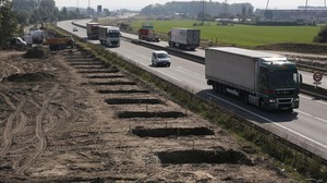 Vista de los trabajos de construcción del muro para dificultar el paso de inmigrantes en tránsito al Reino Unido, en Calais (norte de Francia), este miércoles.