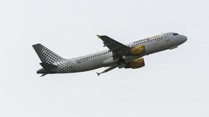 Imagen de un avión de la aerolínea Vueling despegando del aeropuerto de El Prat de Barcelona.