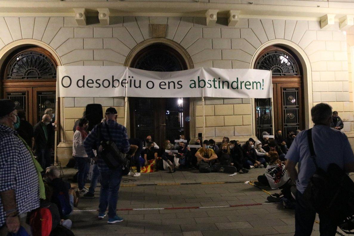 Més de 500 persones es concentren a Sabadell contra la inhabilitació de Torra i exigeixen desobeir la sentència