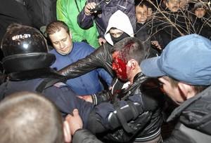 Xocsentre manifestants a favor i en contra de Rússia a Donetsk (Ucraïna), ahir.