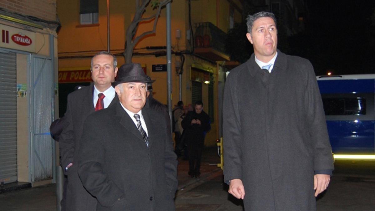 A la izquierda y con sombrero, Miguel Jurado, el guante de hierro de García Albiol, durante unaredada nocturna del 2012, más célebre por esta foto que por sus resultados.