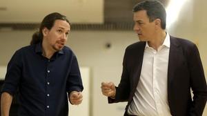 Pablo Iglesias y Pedro Sánchez, en los pasillos del Congreso.