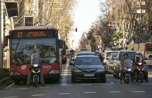 Una moto ocupa el estrecho carril bus de la Diagonal, en uno de los semáforos de la avenida, este miércoles.