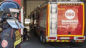 Cremen sis contenidors a la plaça del Vallès de Sabadell
