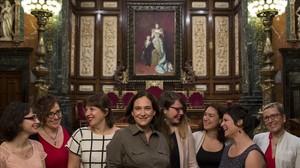 De izquierda a derecha, Mercedes Vidal, Montserrat Ballarín,Laia Ortiz, Ada Colau, Janet Sanz, Laura Pérez,Gala Pin y Carmen Andrés, en el salón de plenos del Ayuntamiento de Barcelona, el jueves pasado.