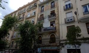 Fachada de un edificio en la calle Altamiro de Madrid en proceso de rehabilitación.