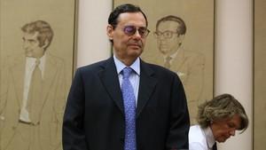 L'exgovernador Caruana se'n renta les mans i culpa els banquers de la crisi