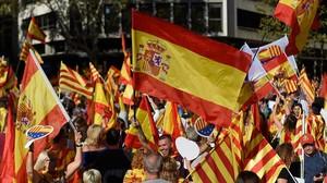 Profusión de banderas en la manifestación de Societat Civil Catalana.