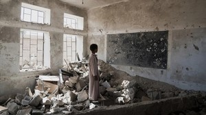 Un niño ante las ruinas de su escuela en Yemen.