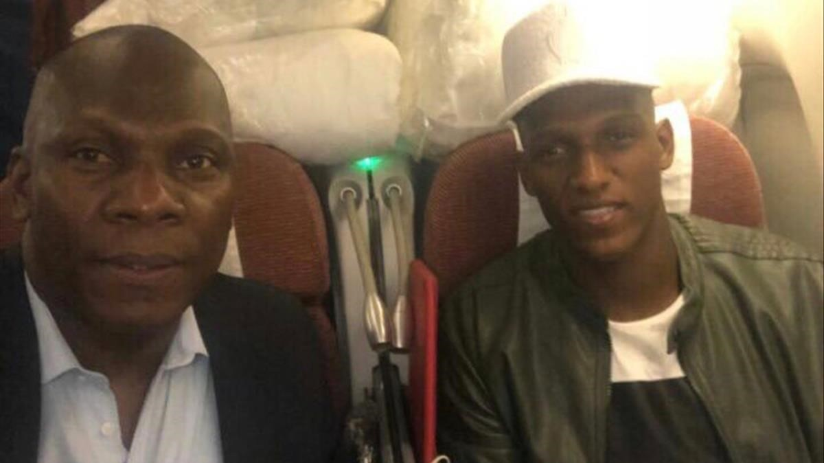 El jugador junto a su representante y tío, Jair Mina, volando dirección a Barcelona.