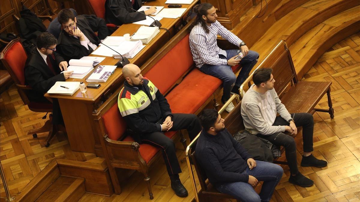 Los tres acusados durante el juicio que se celebró en febrero en la Audiencia de Barcelona.
