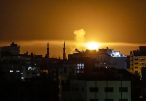 Un explosión en la ciudad de Gaza, tras la incursión de la aviación israelí.