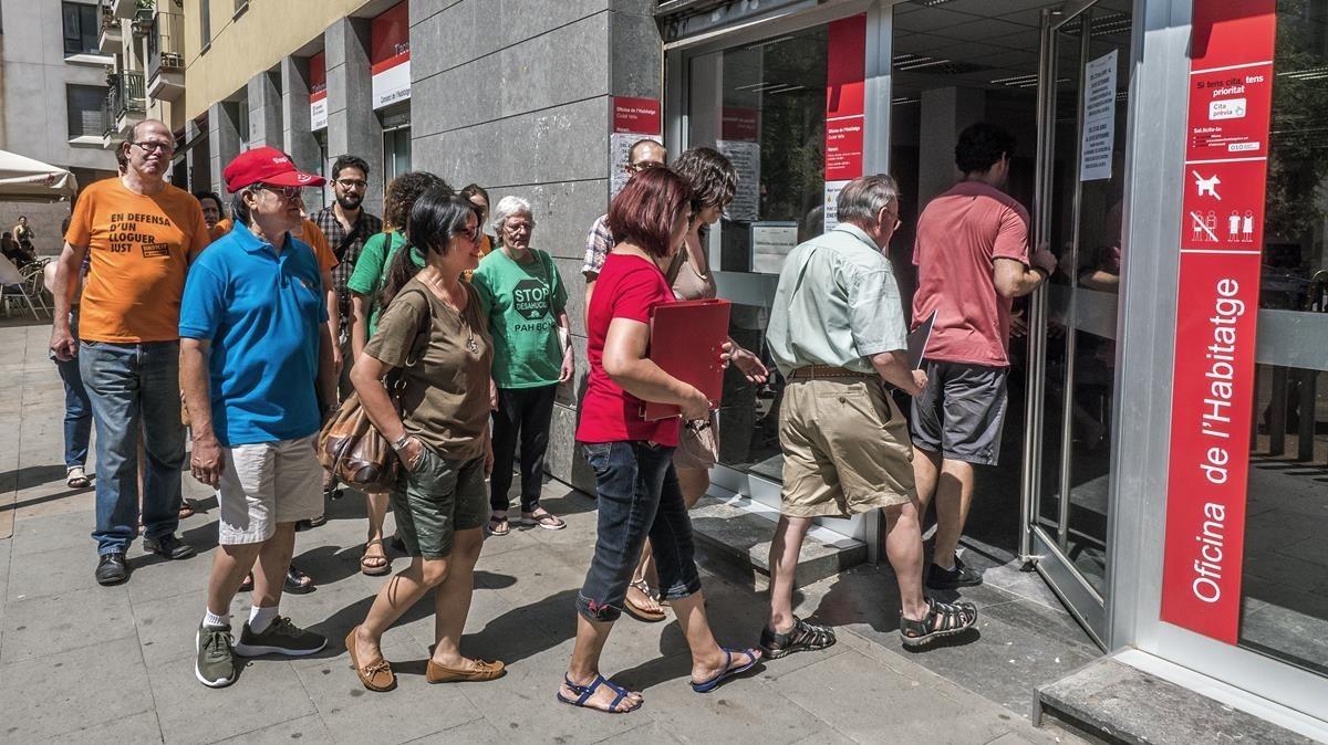 Miembros de la PAH, el Sindicat de llogaters y el Observatori Desc presentan denuncias contra el mobbing inmobiliario, este martes.
