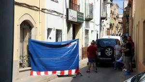 Una unidad de los Mossos en la calle Caritat, enPalafrugell, donde ha ocurrido el suceso