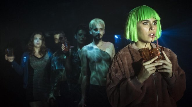 Los actores de inFaust en un momento de la obra, con Roser Pàmies (Margarida) a la derecha y Toni Gillemat (Faust), detrás.