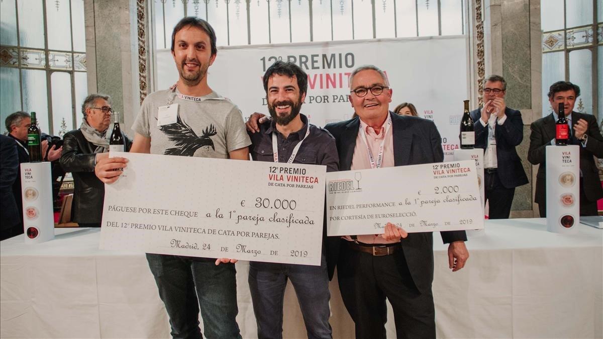 La pareja ganadora del Premio Vila Vinitecacon Siscu Martí, coorganizador del certamen.