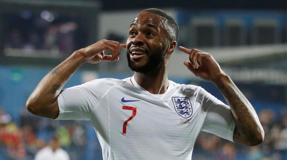 Raheem Sterling se lleva los dedos a los oídos tras marcar el quinto gol de Inglaterra.