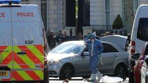 La policía forense trabaja en la zona donde la policía disparó al coche que impactó contra el vehículo oficial de la embajadora ucraniana en Londres.