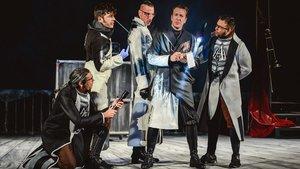 Los actores de la compañía Ron Lalá en una imagen del espectáculo Crimen y castigo.