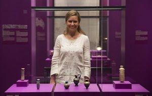 Sandra Iruela observa frascos de perfume de hace 2.500 años.