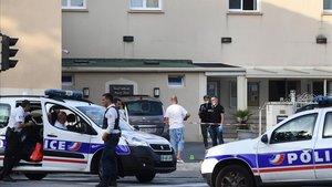 Un home se suïcida després de ferir de bala dues persones davant una mesquita a França