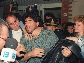 Maradona, en 1991, tras ser detenido en Buenos Aires en posesión de medio kilo de cocaína.