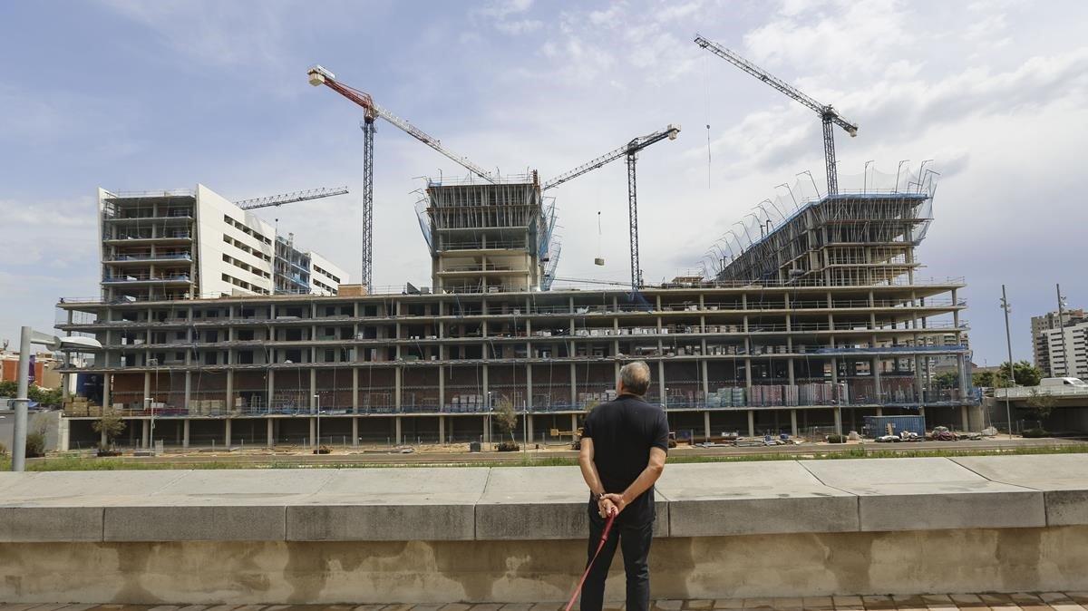 Construcción de viviendas en el canal de Badalona.