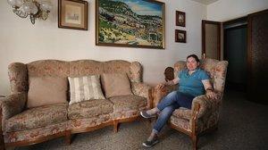 Leticia, en el piso que cuida en el Guinardó, hace unos días.