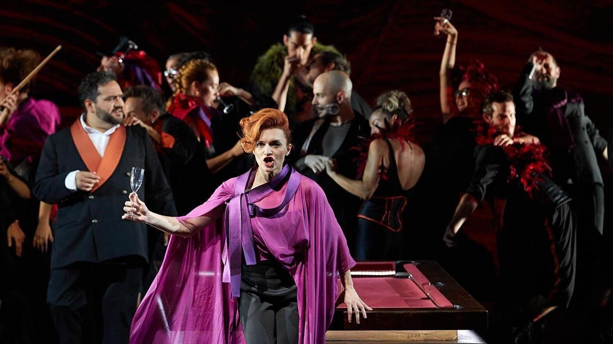 Ekaterina Bakanova domina la escena en un momento de 'La Traviata', en Peralada, el lunes.