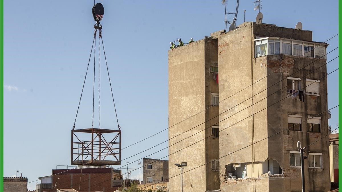Trabajos para iniciar el derribo del edificio del Passatge de la Torre de Badalona que amenaza ruina.