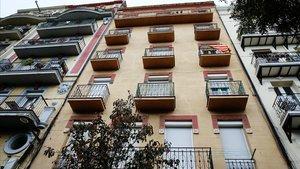 Fachada del edificio de Sants que ha comprado el ayuntamiento.
