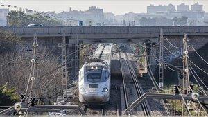 Un Euromed sale de València en dirección a Barcelona.