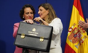 La ministra saliente de Trabajo, Magdalena Valerio, entrega la cartera ministerial a su sucesora, Yolanda Díaz.