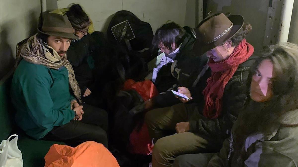 El Perú deporta cinc turistes i en reté un altre per causar danys i defecar a Machu-Picchu