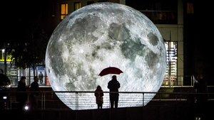 Una gigantesca luna presidirá el estanque del Museu del Disseny.