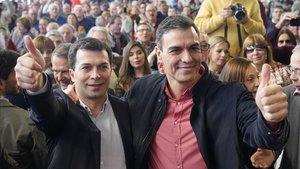 El candidato del Partido Socialista Gallego a la Xunta de Galicia, Gonzalo Caballero, junto al presidente del Gobierno, Pedro Sánchez, en el acto de presentación de la candidatura en Santiago de Compostela.
