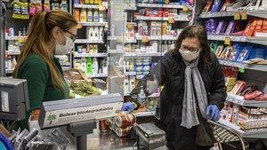 Las principales cadenas de supermercado han iniciado la instalación de mamparas en sus cajas